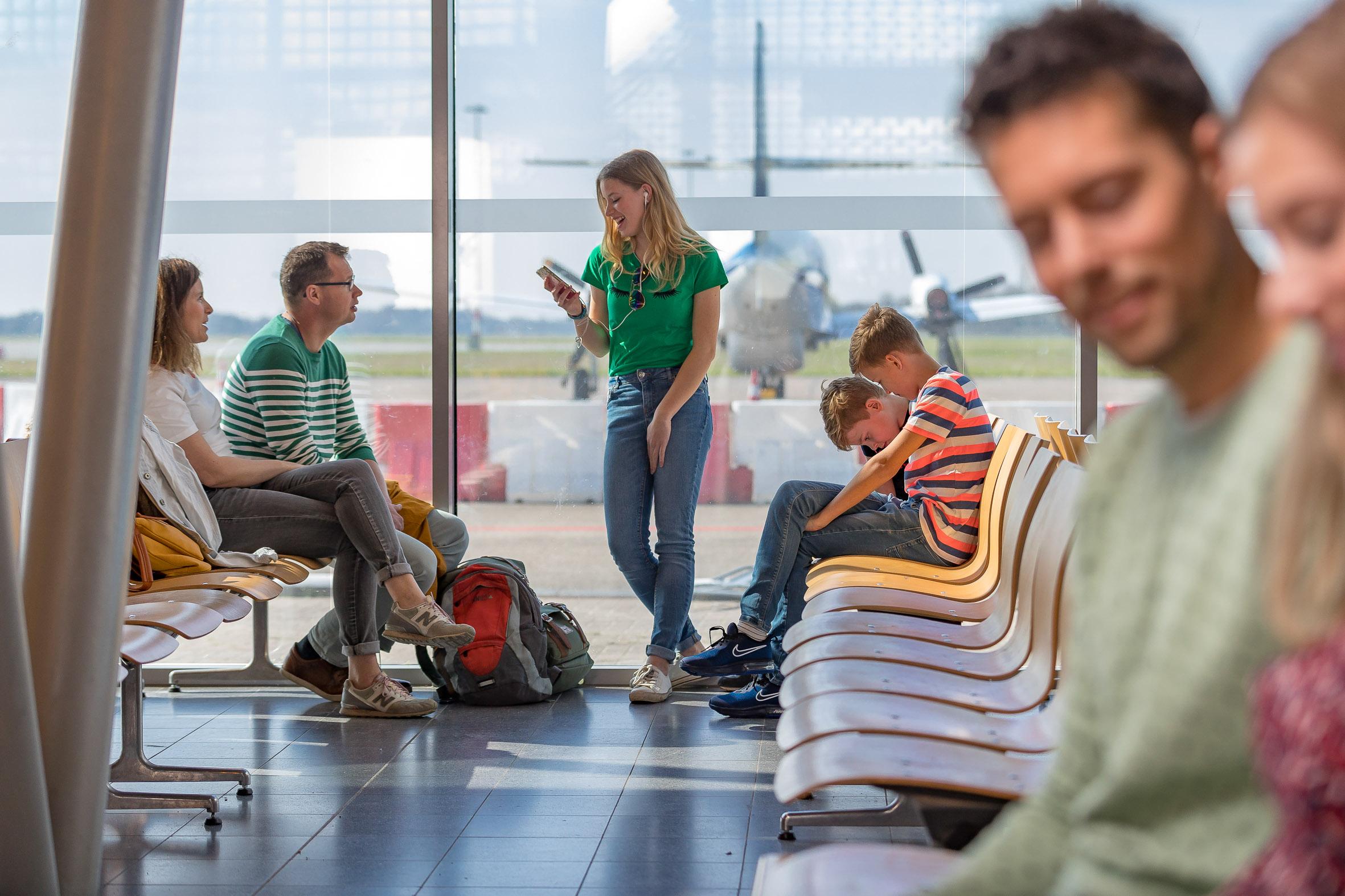 ANWB Beeldbank Fotografie van diverse situaties zoals aankomst vertrek wachten, op een vliegveld . Gefotografeerd op Groningen Airport Eelde Modellen Stel Wendy Vrijenhoek en Tom Heijboer, Gezin; Johan , Ravi, Kyan, Luna Liewes en Tjallie Massier