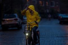 ANWBeeldbank Fietsen  op een e-bike in de herfst met slecht weer. Modellen Sanne Heijen en Ruben Butler