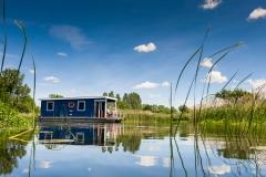 Waterkampioen Varen met een bungalowboot over de Havel bij Brandenburg